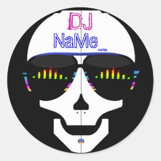 Cráneo de DJ - añada su nombre Pegatina Redonda