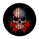 Cráneo de la bandera americana con los rosas rojos fichas de póquer