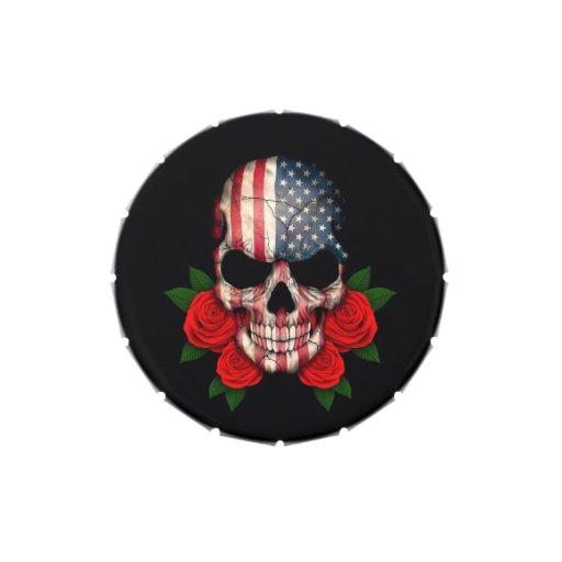 Cráneo de la bandera americana con los rosas rojos latas de dulces