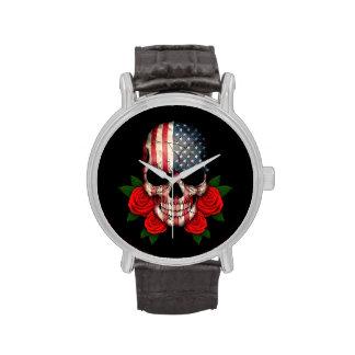 Cráneo de la bandera americana con los rosas rojos relojes