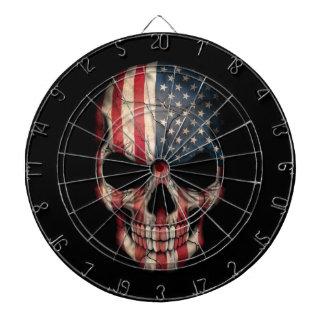 Cráneo de la bandera americana en negro tablero de dardos