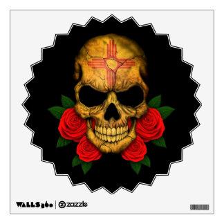 Cráneo de la bandera de New México con los rosas r Vinilo Adhesivo
