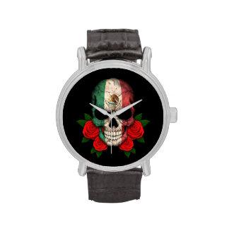 Cráneo de la bandera mexicana con los rosas rojos reloj de mano