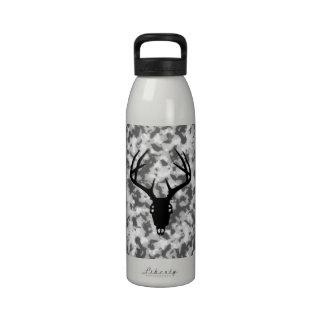 Cráneo de la caza de los ciervos con las astas botellas de agua reutilizables