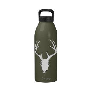 Cráneo de la caza de los ciervos con las astas botella de agua