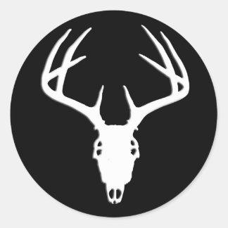 Cráneo de la caza de los ciervos con las astas pegatina redonda