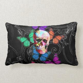Cráneo de la fantasía y mariposas coloreadas cojín lumbar