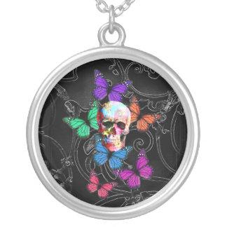 Cráneo de la fantasía y mariposas coloreadas collar plateado