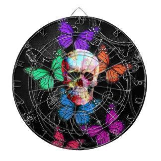 Cráneo de la fantasía y mariposas coloreadas tabla dardos