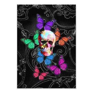 Cráneo de la fantasía y mariposas coloreadas invitación 8,9 x 12,7 cm