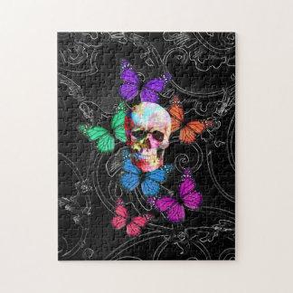 Cráneo de la fantasía y mariposas coloreadas puzzle