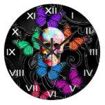 Cráneo de la fantasía y mariposas coloreadas reloj de pared