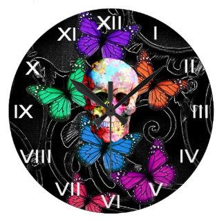 Cráneo de la fantasía y mariposas coloreadas reloj redondo grande