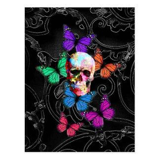 Cráneo de la fantasía y mariposas coloreadas postal