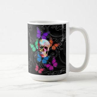 Cráneo de la fantasía y mariposas coloreadas taza básica blanca