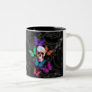 Cráneo de la fantasía y mariposas coloreadas taza dos tonos