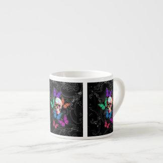 Cráneo de la fantasía y mariposas coloreadas taza espresso