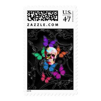 Cráneo de la fantasía y mariposas coloreadas timbres postales