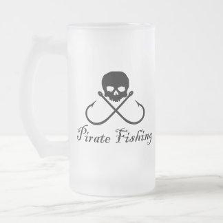 Cráneo de la pesca del pirata y taza cruzada de