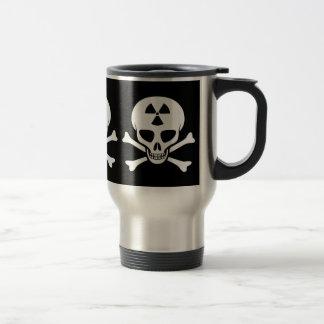 Cráneo de la radiación y taza de la bandera pirata