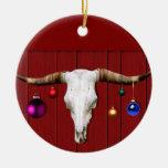 Cráneo de la vaca con los ornamentos del navidad e ornamentos de reyes