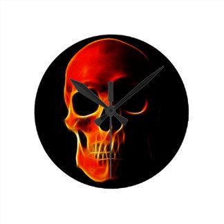 Cráneo de llamas reloj redondo mediano