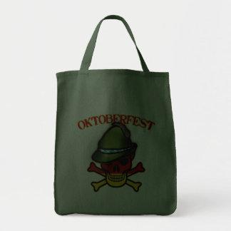 Cráneo de Oktoberfest y diseño de la bandera pirat Bolsas De Mano