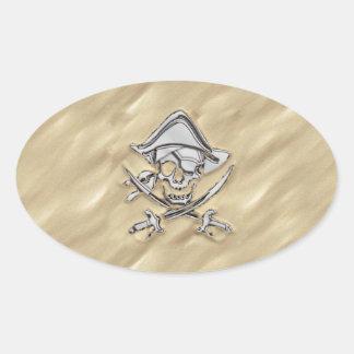 Cráneo de plata del pirata en la arena pegatinas ovaladas