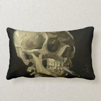 Cráneo de un esqueleto con el cigarrillo ardiente cojín
