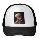 Cráneo de un esqueleto con el cigarrillo ardiente gorro
