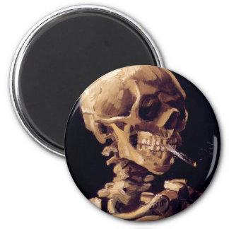 Cráneo de un esqueleto con el cigarrillo ardiente imanes para frigoríficos