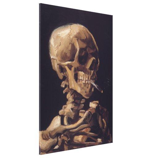 Cráneo de un esqueleto con el cigarrillo ardiente lienzo envuelto para galerias