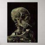 Cráneo de un esqueleto con el cigarrillo ardiente impresiones