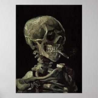 Cráneo de un esqueleto con el cigarrillo ardiente póster
