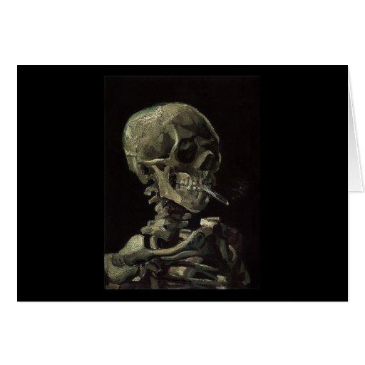 Cráneo de un esqueleto con el cigarrillo ardiente felicitacion