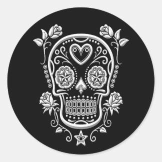 Cráneo del azúcar blanco con los rosas en negro pegatina redonda