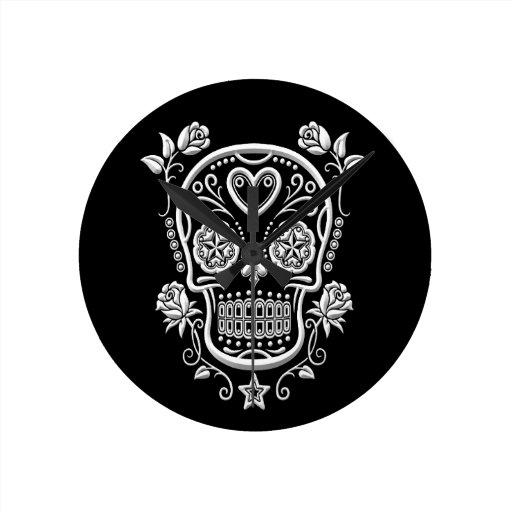 Cráneo del azúcar blanco con los rosas en negro relojes