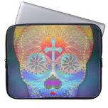 Cráneo del azúcar con el fondo coloreado arco iris fundas computadoras