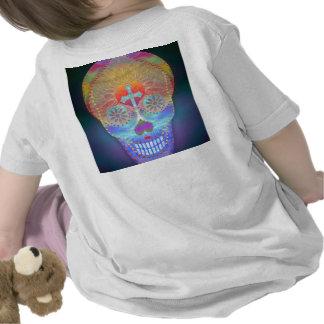 Cráneo del azúcar con el fondo coloreado arco iris camisetas
