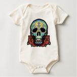 Cráneo del azúcar con los rosas body de bebé