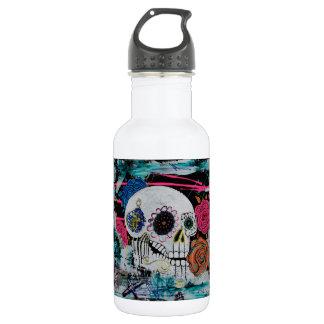 Cráneo del azúcar con los rosas botella de agua