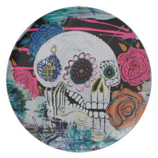 Cráneo del azúcar con los rosas plato para fiesta