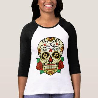 Cráneo del azúcar con los rosas t-shirt