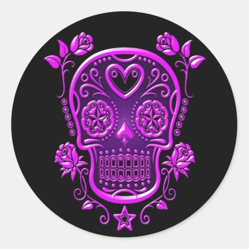 Cráneo del azúcar con los rosas, púrpuras pegatina redonda