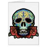 Cráneo del azúcar con los rosas tarjetón