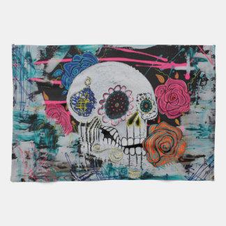 Cráneo del azúcar con los rosas toalla