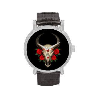 Cráneo del azúcar de Bull con los rosas rojos en n Relojes De Pulsera