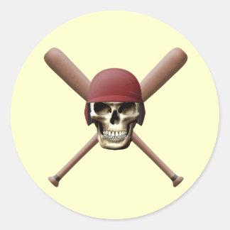Cráneo del béisbol y palos cruzados pegatina redonda