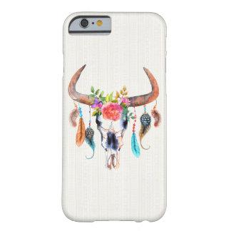 Cráneo del bisonte y plumas y flores funda de iPhone 6 barely there