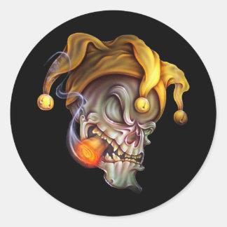 Cráneo del bufón que fuma pegatinas redondas